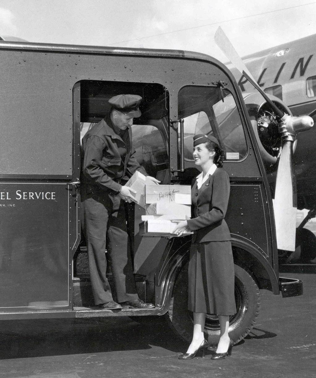 UPS teslimat sürücüsü paketleri uçağın önünde hostese teslim ederken