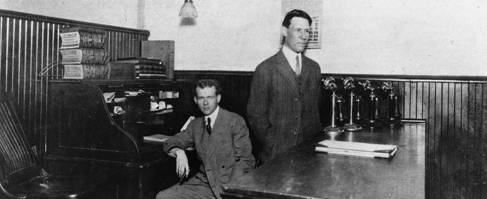 Jim Casey, fondateur d'UPS, dans le tout premier bureau de Seattle