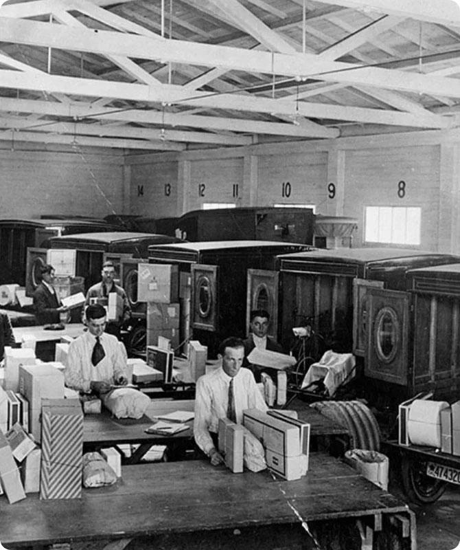 Immagine d'epoca del precaricamento dei furgoni UPS