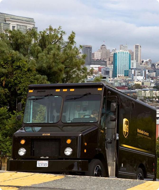 UPS 包裹遞送卡車位於加州地勢起伏的舊金山