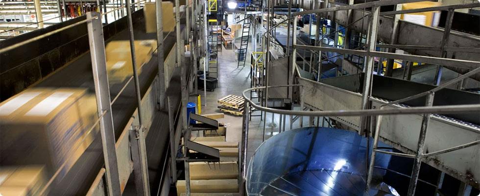 UPS'in otomatik sınıflandırma ve dağıtım tesisinin içeriden bir görüntüsü