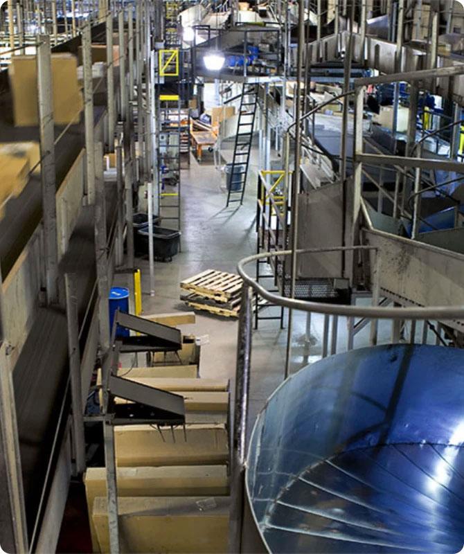 Vista interna della struttura di distribuzione e smistamento automatizzata di UPS